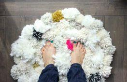 Оригинальные идеи для своего дома: коврик из помпонов, лоскутов и пакетов собственными руками
