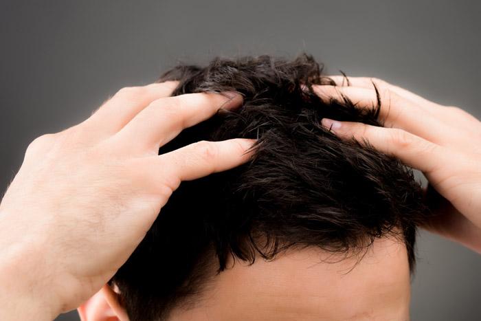 Улучшить состояние кожи головы поможет регулярное мытье подходящим шампунем