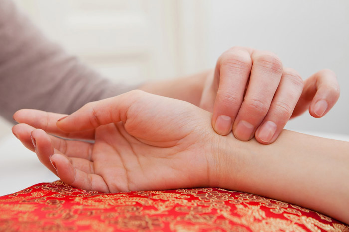 Прощупывание пульса поможет без дополнительных приборов оценить общее состояние человека