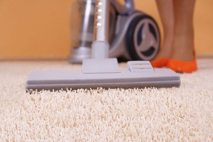 После чистки содой. обязательно почистите ковер пылесосом