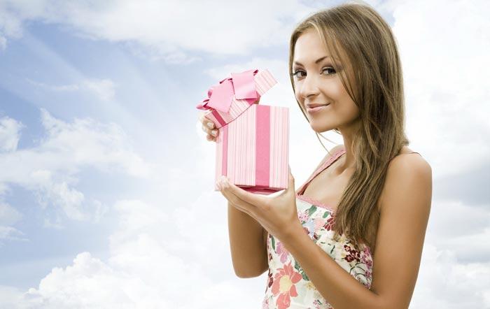 Пострайтесь вспомнить, о чем мечтает дама, чтобы сделать нужный подарок