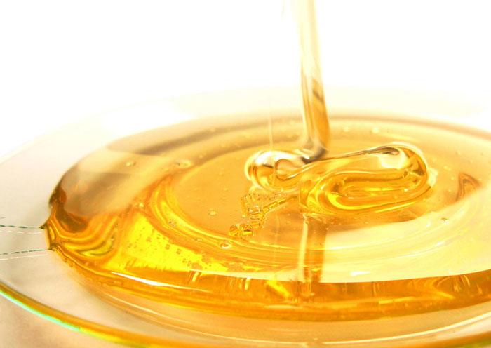 Мед в составе пасты положительно влияет на кожу