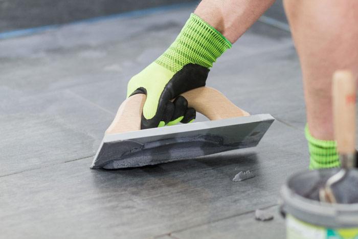 Затирку швов выполняют после того, как плитка полностью высохнет