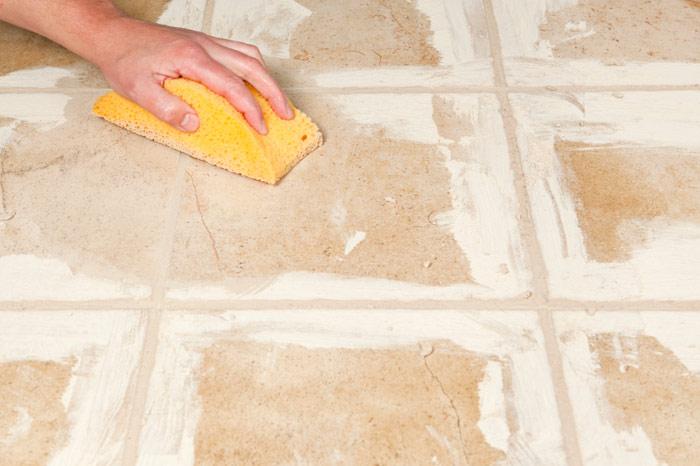 После того, как состав высохнет, плитку тщательно вытирают