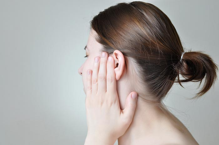 Обратитесь к врачу, чтобы выяснить причину боли в ушах