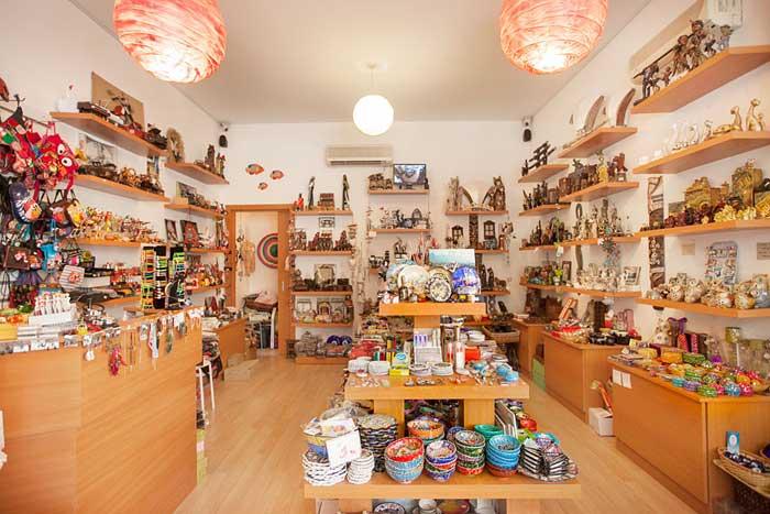 В сувенирных лавках Кипра вы найдете множество самобытных вещей