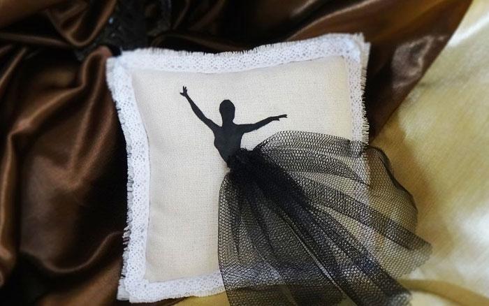 Для украшения подушки можно использовать любые материалы, которые есть под рукой