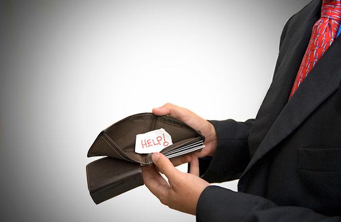 """Прибегать к услугам микрофинансовых компаний стоит только в крайнем случае, так как проценты там будут """"грабительские"""""""