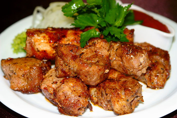При приготовлении шашлыка в уксусе, необходимо тщательно соблюдать пропорции, иначе мясо будет пересушено