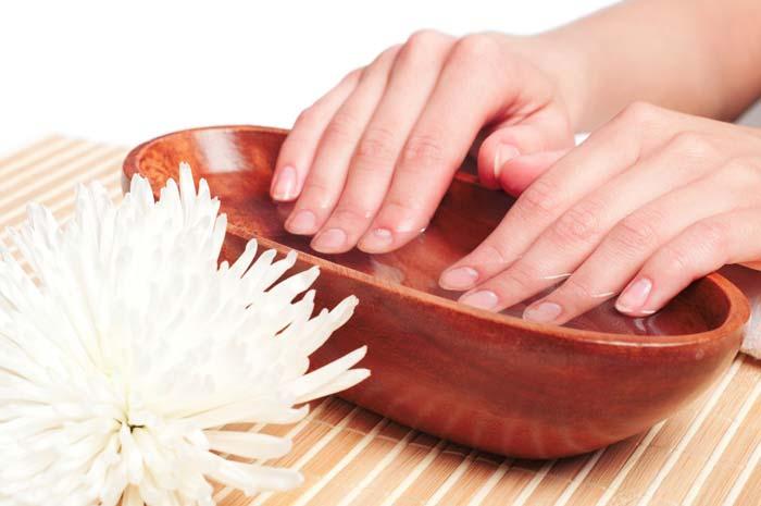 Солевые ванночки - самый популярный метод укрепления ногтей