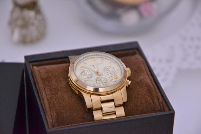 Если человек, для которого планируется подарок, суеверен, не стоит дарить ему часы