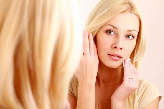 Чтобы избежать появления прыщей и черных точек, кожу перед сном необходимо обязательно очищать