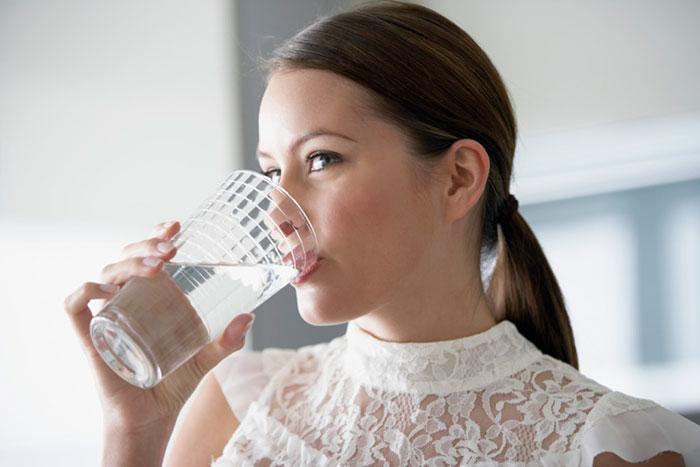 При частых проблемах с запорами необходимо пить как можно больше жидкости