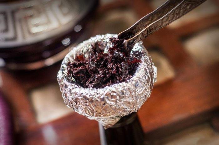 Закладывайте табак в чашу кальяна не слишком плотно
