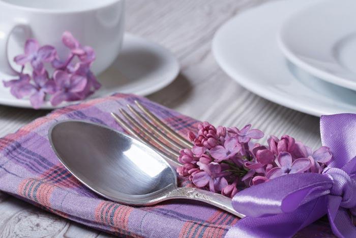 Цветы всегда украсят стол