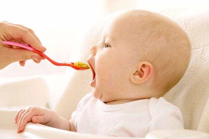 Первый прикорм малыша лучше начинать с покупной каши