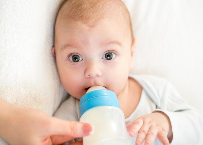 Часто причиной икоты у ребенка является переедание