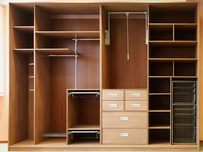Очень удобны выдвижные полки для шкафа