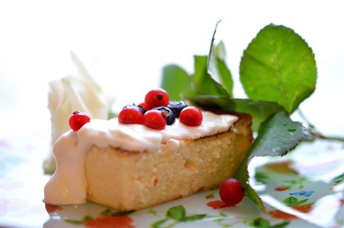 Подавать запеканку можно с фруктами, йогуртом, джемом или сметаной