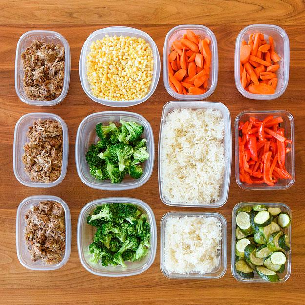 Еду на день лучше подготавливать заранее и хранить в контейнерах в холодильнике