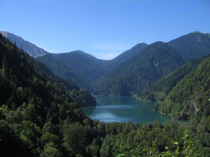 Озеро расположено в горах на высоте 900 м над уровнем моря
