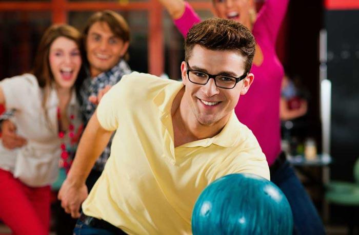 Игра в боулинг уже традиционное, но очень популярное развлечение