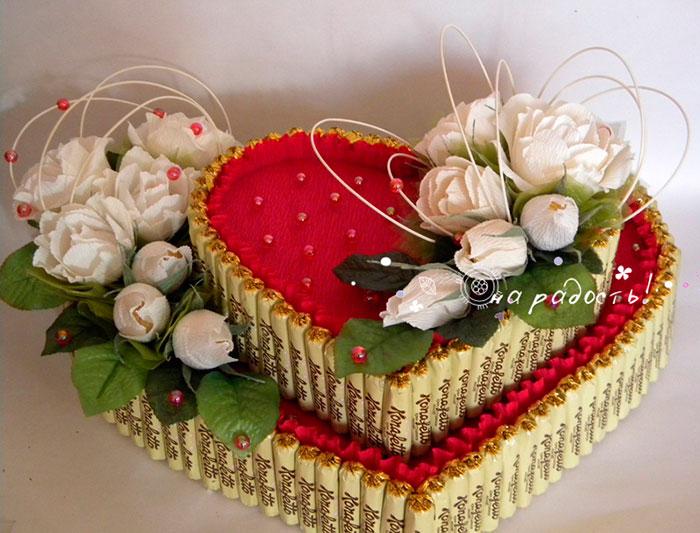 Торт из конфет можно делать многоярусным
