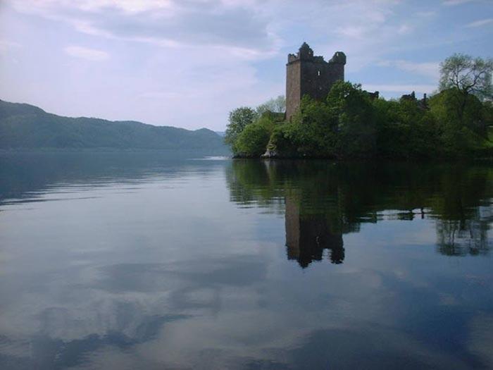 Руины замка на берегу озера