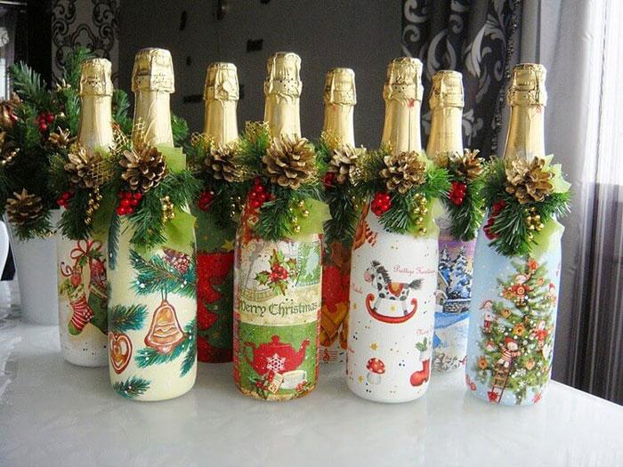 Дополнительно шампанское можно украсить еловыми веточками