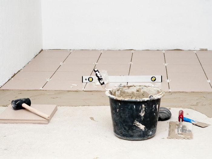 Процесс укладки плитки