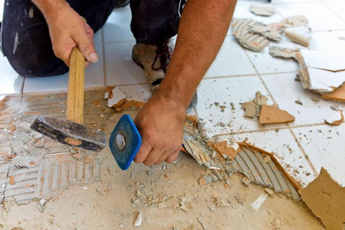 Демонтаж старой напольной плитки
