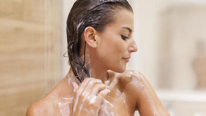 Жирные волосы нуждаются в частом мытье специальными шампунями