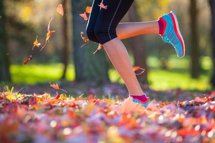 Девушкам подойдут яркие кроссовки