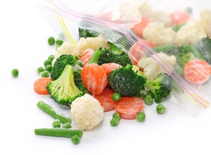 Очень удобно замораживать овощи в простых пакетах
