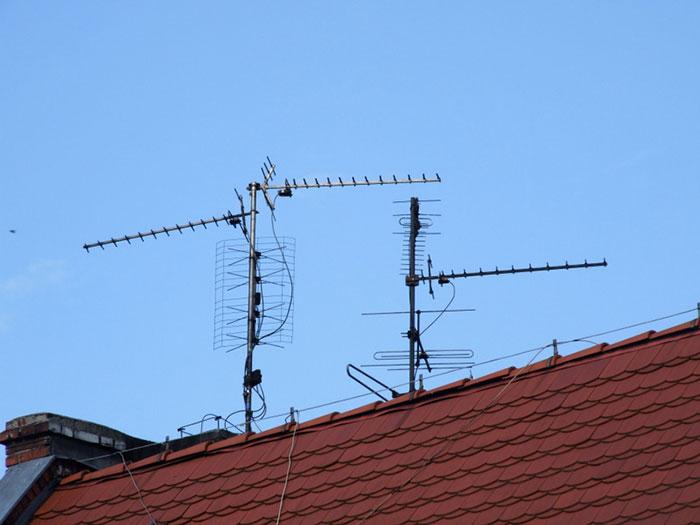 Усилитель устанавливается на антенну или рядом с ней