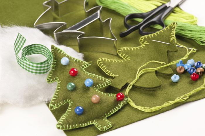 Кроме фетра вам понадобятся украшения: бисер, ленты, пайетки