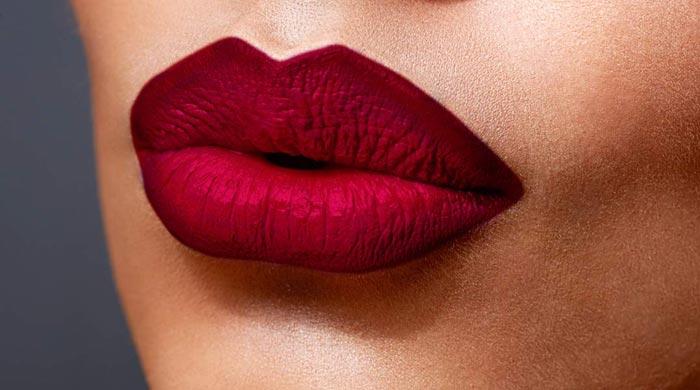 Если хотите воспользоваться яркой помадой, сделайте макияж глазах более сдержанным