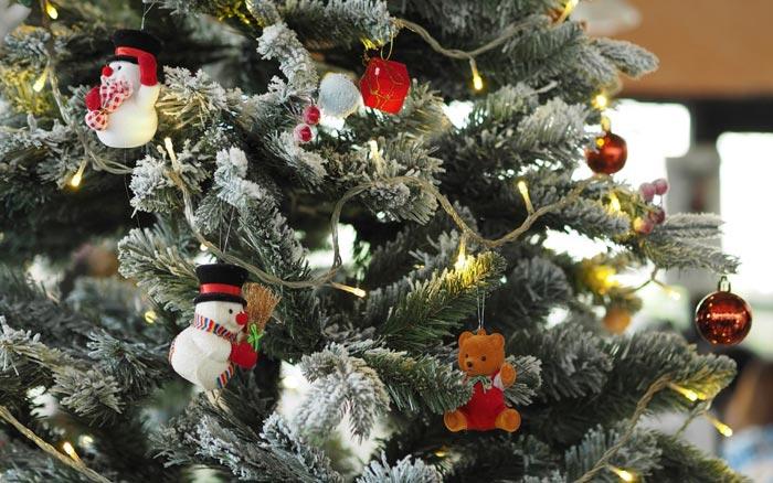 Украшение елки мягкими игрушками