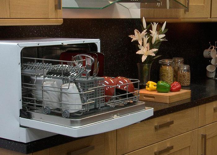 Настольную посудомоечную машину не обязательно подключать к сливу, можно на время мойки опускать шланг в раковину