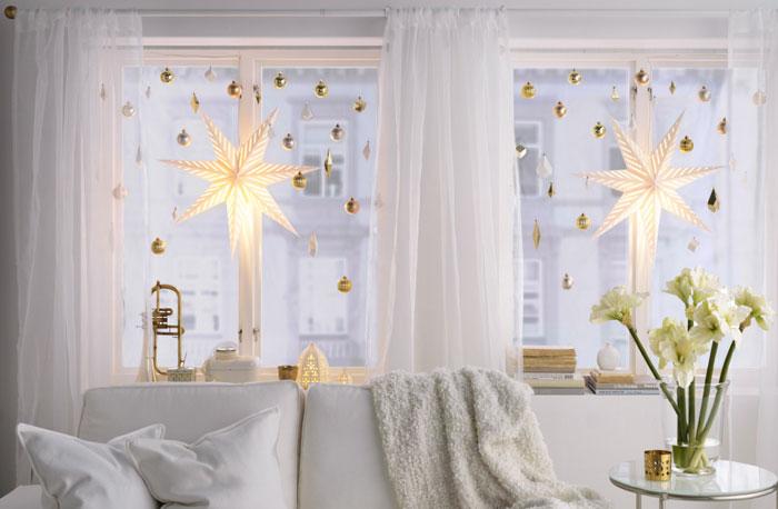 Украшение окна шарами и гирляндой