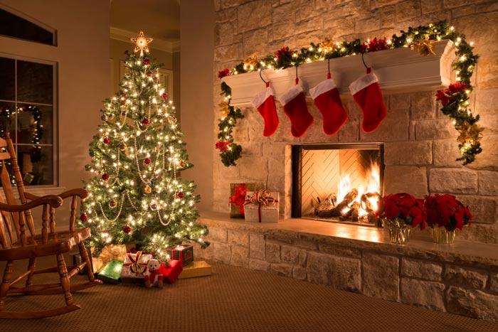 Традиционно вершину елки украшает звезда