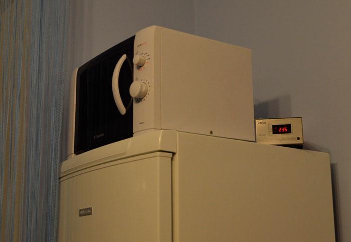 Стабилизатор напряжения убережет холодильник от резких скачков напряжения