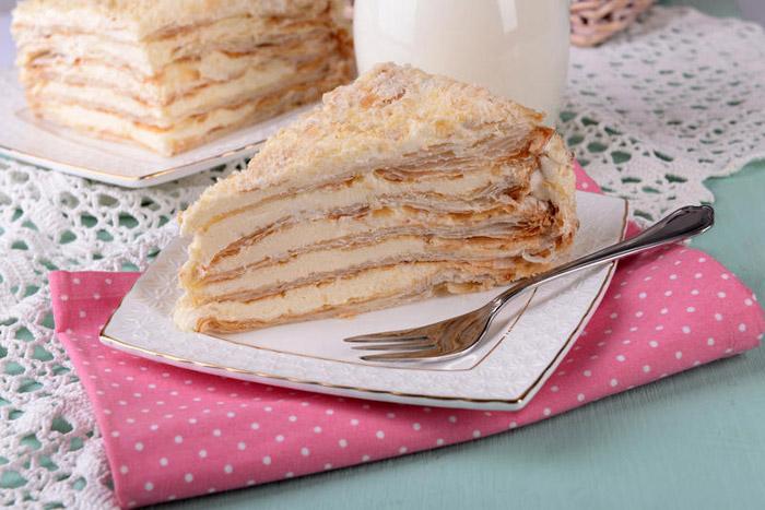 Торт присыпают крошкой