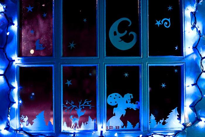 Деревья и домики в снегу будут отличным сюжетом для новогоднего окна