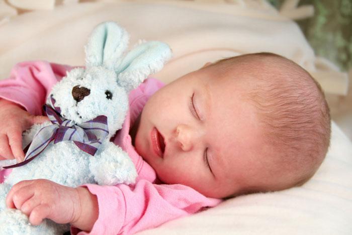 Если малыш нормально дышит носиком, то чистить его не стоит