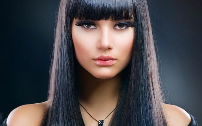 Девушкам с черными волосами подойдут помады яркого цвета