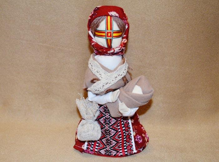Куклу можно носить с собой или разместить в комнате