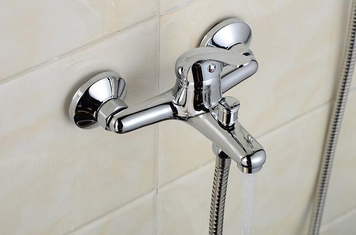 Однорычажный смеситель для ванной с душевой лейкой