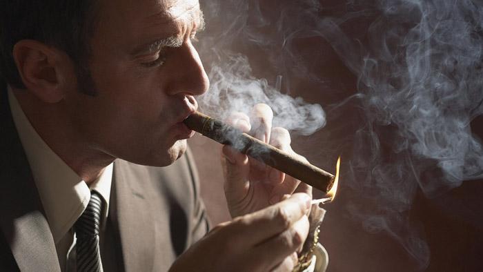 Приобретите специальные спички или зажигалку для раскуривания сигары