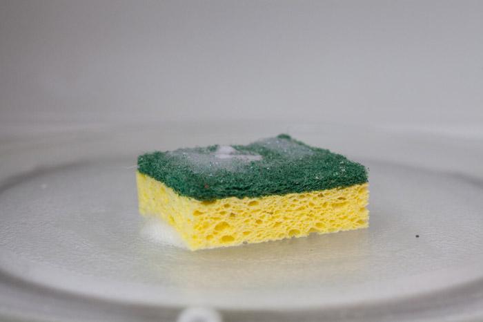 Для чистки микроволновки используйте мягкую губку
